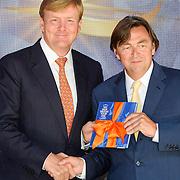 NLD/Apeldoorn/20130905- Uitreiking Droomboek aan koning Willem Alexander en koninging Maxima, overhandiging boek
