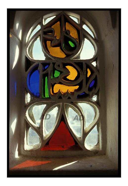 Finestre in vetro che riprendono le antiche finesre yemenite fatte in alabastro.
