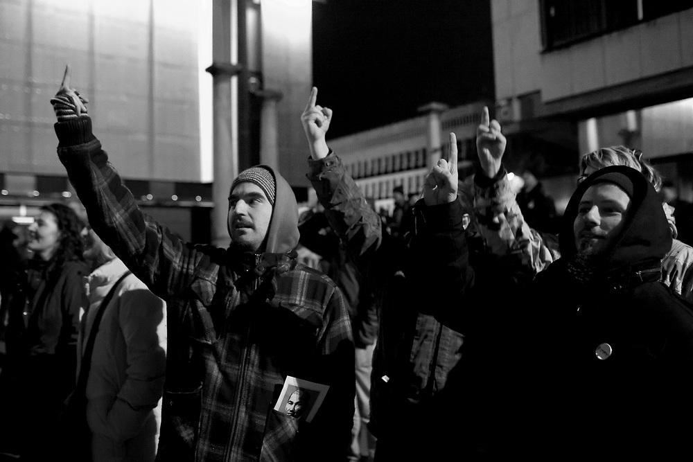 22.12.2012, protesti kulturnikov na dan samostojnosti in enotnosti pod imenom Protestival, kjer so demonstrirali proti vladajoci koaliciji, ki je v strahu pred ljudstvom zagradila Trg republike z vseh strani tako, da protestniki niso mogli priti blizje kot 70 metrov do parlamenta. Ograje so potisnili se dlje kot dan poprej, ko je bilo na trgu veliko vec ljudi. Verjetno zato, da so se lahko nemoteno sprehodili po trgu dalec od zmerjavk in protivladnih vzklikov ljudstva. Politiki, ki so se hoteli priblizati uzaljeni mnozici so bili izzvizgani med njimi tudi aktualni predsednik RS, ki je prisel pozdravit protestnike. Najhuje pa je to, da se vladajoca elita na dan, ki bi moral zdruzevati slovenske drzavljane distancira od lastnih ljudi na tako perverzen in nadut nacin. Protestival, Trg Republike, Ljubljana, foto: IFP