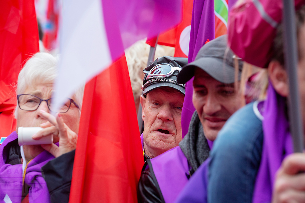 In Amsterdam wordt door de vakbond CNV samen met het FNV onder de noemer #naardedam een grote manifestatie gehouden voor een sociaal Nederland en tegen het beleid van de regering waarbij veel geld naar grote bedrijven en de aandeelhouders gaat in plaats van naar de bevolking. Er deden naar schatting tussen de vijf- en achtduizend demonstranten mee met de actie.<br /> <br /> In Amsterdam trade unions CNV and FNV held a big demonstration against the Dutch government. According to the unions too much money is going to big companies and their shareholders instead of to a social country.