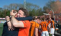 AMSTELVEEN -  Michel van den Heuvel van OZ met  manager Patrick Appels   na de beslissende finalewedstrijd om het Nederlands kampioenschap hockey tussen de mannen van Amsterdam en Oranje Zwart (2-3).  COPYRIGHT KOEN SUYK