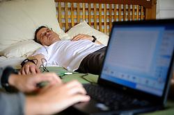 11-10-2008 REPORTAGE: KILIMANJARO CHALLENGE 2008: TANZANIA <br /> In de ochtend is het eerste onderzoek begonnen. Om zeven uur liggen de eerste al op bed aan de apparatuur. Gekeken wordt er naar bloedstromen en elasticiteit van de aderen. De Kilimanjaro Challenge van de BvdGf.<br /> &copy;2008-FotoHoogendoorn.nl