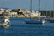 Spanien Spain,Mallorca Balearen..Porto Colom..Bucht mit Booten und Ort..bay with boats and village....