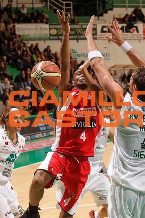 DESCRIZIONE : Siena Lega A 2011-12 Montepaschi Siena Scavolini Siviglia Pesaro<br /> GIOCATORE : James White<br /> CATEGORIA : tiro<br /> SQUADRA : Scavolini Siviglia Pesaro<br /> EVENTO : Campionato Lega A 2011-2012<br /> GARA : Montepaschi Siena Scavolini Siviglia Pesaro<br /> DATA : 03/01/2012<br /> SPORT : Pallacanestro<br /> AUTORE : Agenzia Ciamillo-Castoria/P.Lazzeroni<br /> Galleria : Lega Basket A 2011-2012<br /> Fotonotizia : Siena Lega A 2011-12 Montepaschi Siena Scavolini Siviglia Pesaro<br /> Predefinita :