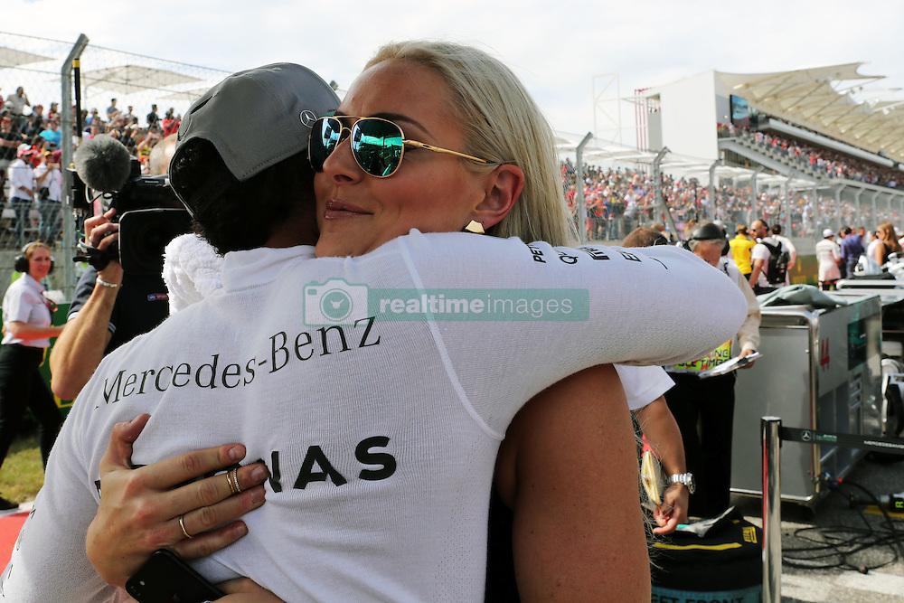Formel 1: Grosser Preis der USA in Austin, Renntag / 231016<br /> <br /> ***Lewis Hamilton (GBR) Mercedes AMG F1 with Lindsey Vonn (USA) Former Alpine Ski Racer on the grid.<br /> 23.10.2016. Formula 1 World Championship, Rd 18, United States Grand Prix, Austin, Texas, USA, Race Day.<br /> ***
