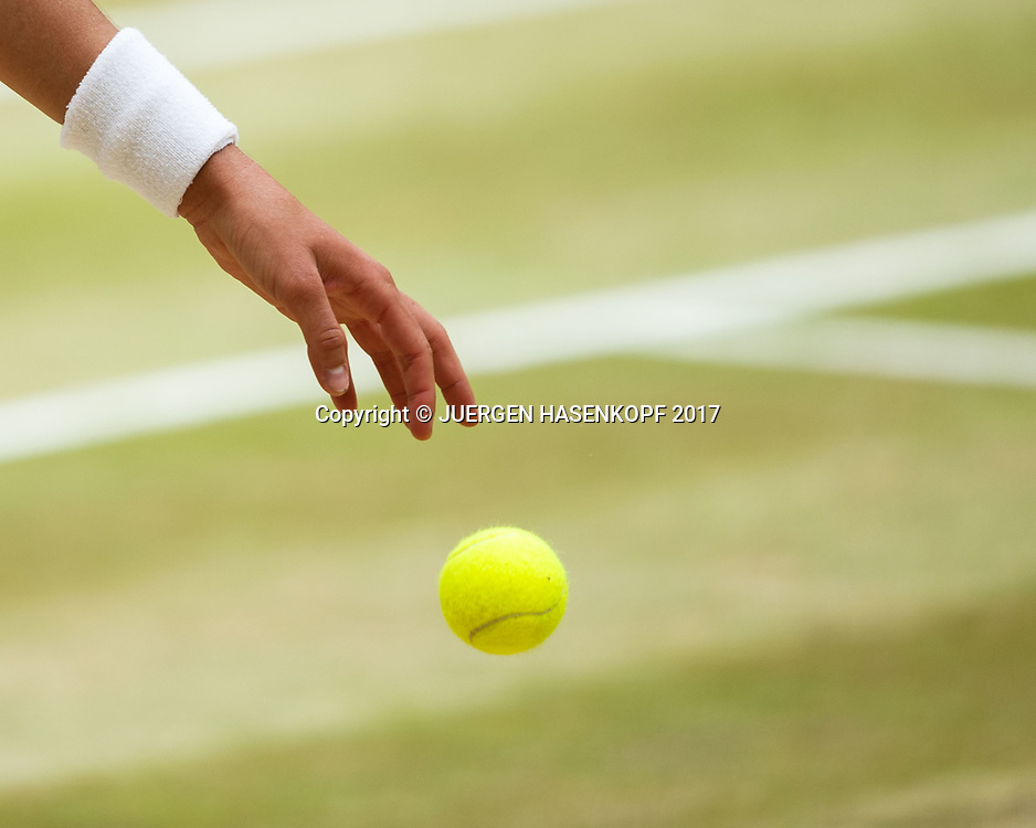 Hand von GARBI&Ntilde;E MUGURUZA (ESP) tickt den Ball auf kurz vor dem Aufschlag,Nahaufnahme,Detail,<br /> <br /> Tennis - Wimbledon 2017 - Grand Slam ITF / ATP / WTA -  AELTC - London -  - Great Britain  - 13 July 2017.