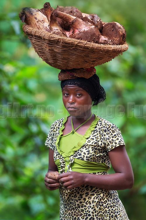 It is amazing how easy this young well dressed beautifull lady from Rwanda carried the basket on her head. Notice how well the colours of her dress matched the background | Det er utrolig hvor lett denne unge velkledde vakre damen fra Rwanda bar kurven på hodet. Legg merke til hvor fint fargene i kjolen passet til bakgrunnen.