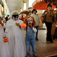 TOLUCA, México.- Niños de diversas edades salieron a las calles, algunos disfrazados,  para pedir su calaverita a los visitantes de los portales de Toluca. Agencia MVT / Crisanta Espinosa. (DIGITAL)