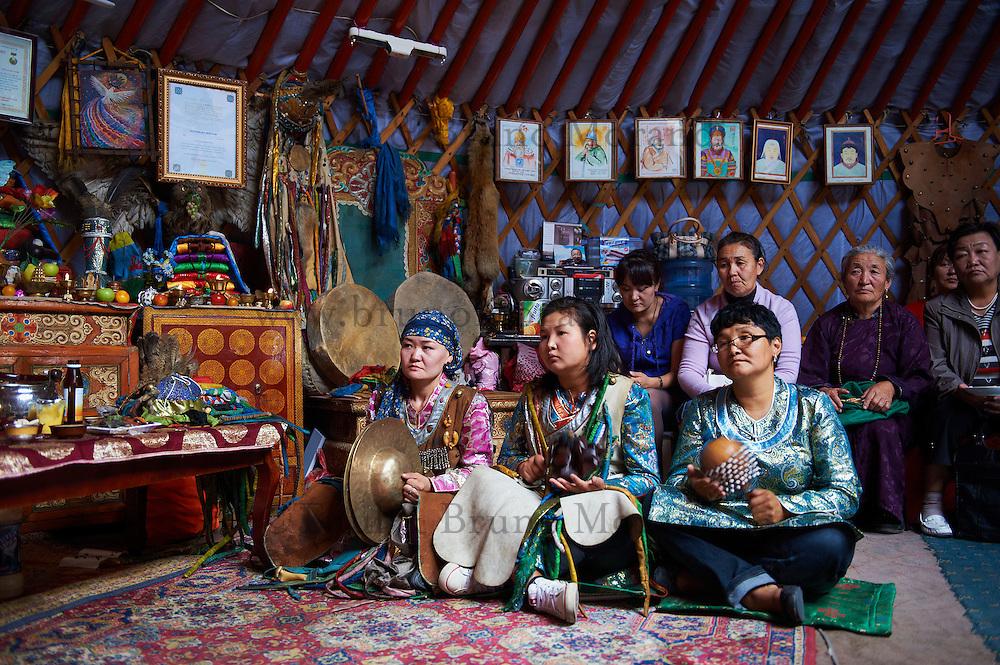 Mongolie, Oulan Bator, ceremonie chamanique avec le chaman Zorigtbaatar. // Mongolia, Ulan Bator, shaman ceremony with Zorigtbaatar a famous shaman