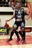 21.4.2015, Pyynikin palloiluhalli, Tampere.<br /> Korisliiga 2014-15, 2. puolivälierä, Tampereen Pyrintö - Kauhajoen Karhu.<br /> Devonne Giles (Karhu) v J'Nathan Bullock (Pyrintö).