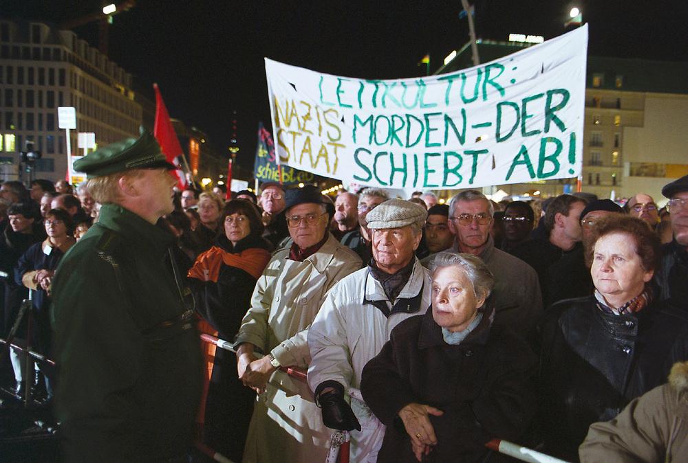 Germany - Deutschland<br /> 9. November 2000: Demonstration von ca. 200 Tsd. Menschen  gegen Antisemitismus Rassismus und Fremdenfeindlichkeit. &quot;Wir stehen auf f&uuml;r<br /> Menschlichkeit und Toleranz&quot; <br /> Hier: Abschlusskundgebung auf dem Pariser Platz, Transparent zum Thema Leitkultur.<br /> DEMONSTRATION against Racisms and Xenophobia of 200<br /> thousand people in centre of Berlin...<br /> &copy;  christian  JUNGEBLODT.
