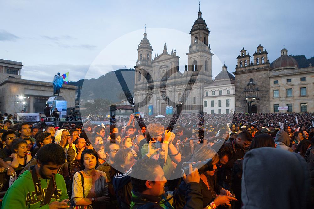 KOLUMBIEN - BOGOTA - Publikum vor der Catedral Primada de Colombia am Concierto de la Esperanza, Plaza de Bolívar - 14. Mai 2014 © Raphael Hünerfauth - http://huenerfauth.ch