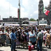 Toluca, Mex.- Transportistas de Santiago Miltepec exigen el cumplimiento de los acuerdos con gobernacion; y habitantes de San Pablo Autopan piden pavimentacion y drenaje en su comunidad, manifiestandose frente a Palacio y  bloquenado la avenida Lerdo. Agencia MVT / Ginarely Valencia A. (DIGITAL)<br /> <br /> NO ARCHIVAR - NO ARCHIVE