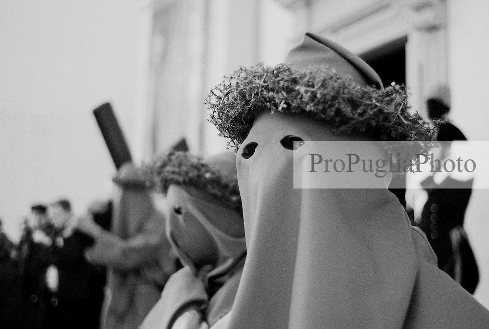 Reportage sulla processione del venerdi santo a Gallipoli...i confratelli, appena usciti dalla chiesa, si apprestano a prender parte alla processione