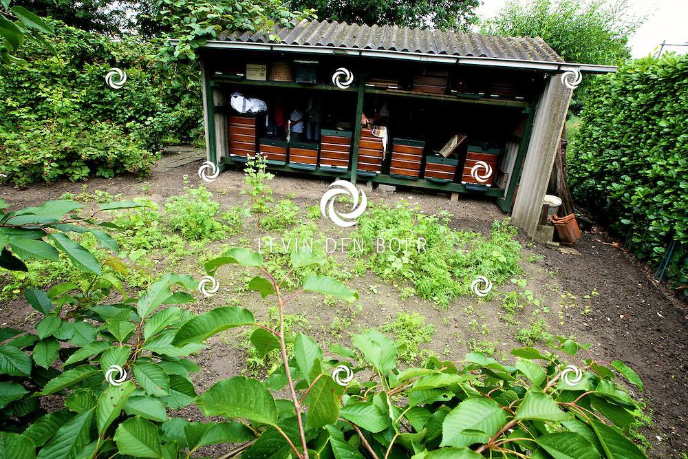 HEDEL - Op het terrein van Piet van de Westelaken is de Landelijke Open Imkerijdag gehouden. Vele bezoekers konden een kijkje nemen in de keuken van een echte Imker. FOTO LEVIN DEN BOER - PERSFOTO.NU