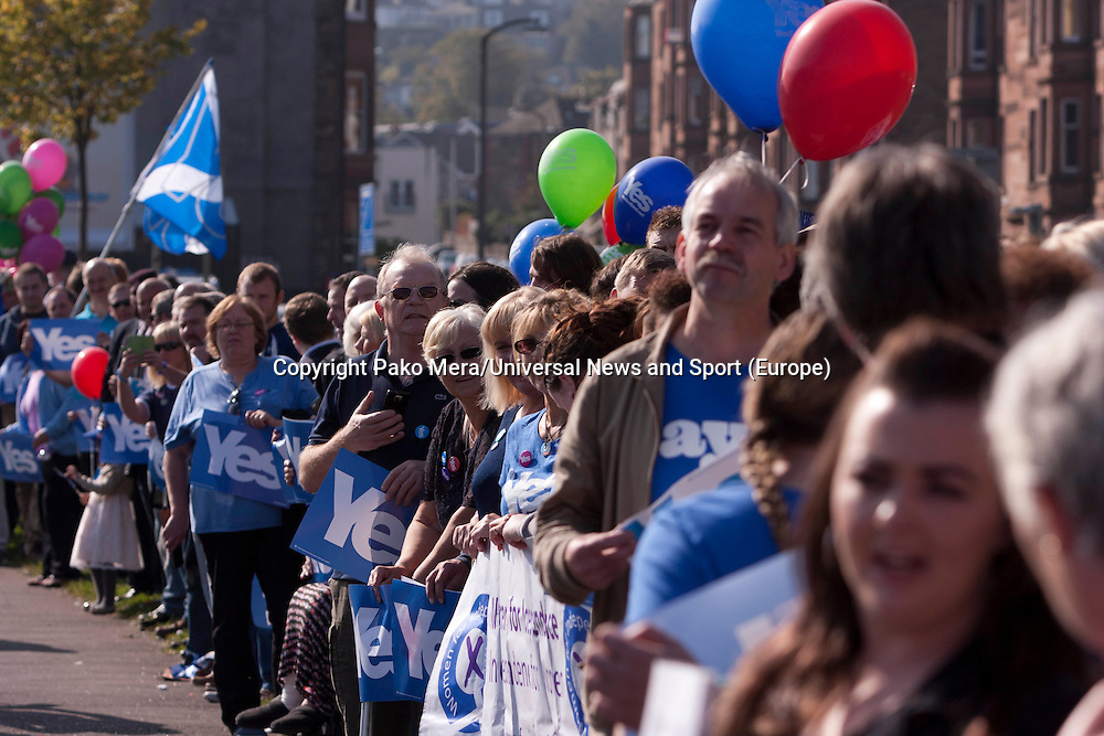 """Members of the public supporters of Yes waiting for Firs Minister Alex Salmond.<br /> First Minister Alex Salmond and Deputy First Minister. Nicola Sturgeon join with figures from across the Yes movement. <br /> They  """"campaign for the full powers that only a Yes vote can guarantee"""". Amongst other members of the grassroots campaign they  <br /> join Jim Sillars and the Margo mobile, which has been touring communities of Scotland.<br /> Pako Mera/Universal News And Sport (Europe) 10/09/2014"""