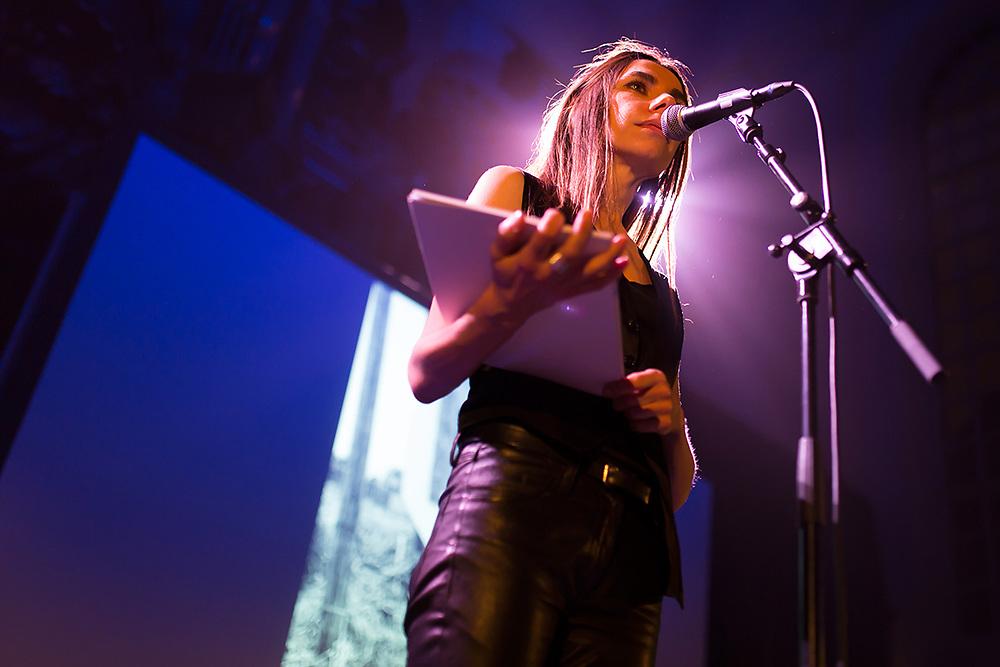 DEN HAAG - Zangeres PJ Harvey leest gedichten voor in de Lutherse kerk op het Crossing Border festival. COPYRIGHT JURRIAAN BROBBEL