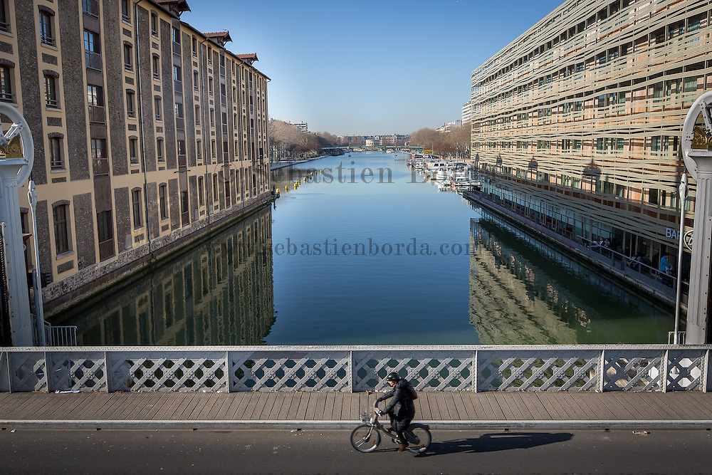Cyclist sur le pont-levant du canal de l'Ourcq // Cyclist on bascule bridge of Ourcq canal