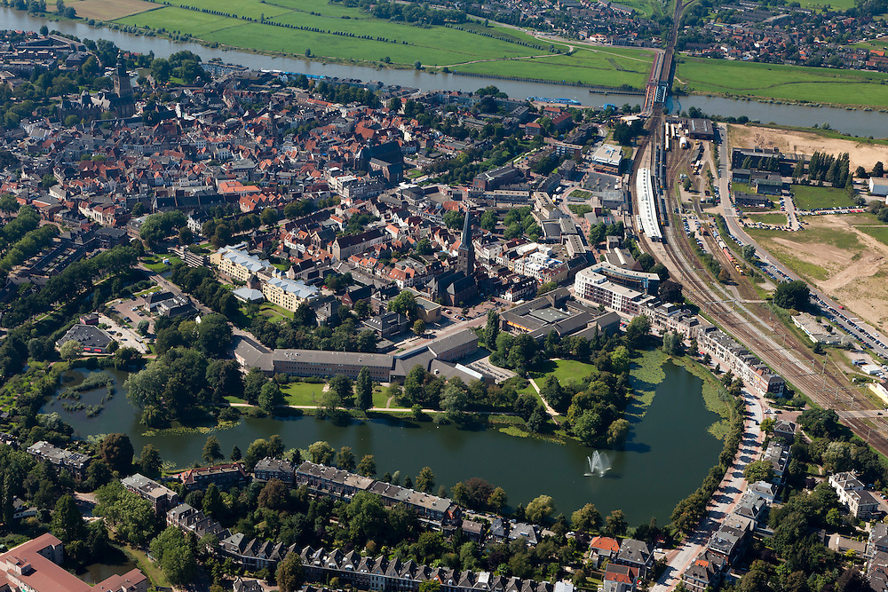Nederland, Gelderland, Zutphen, 06-09-2010; overzicht van de binnenstad met oud bolwerk, rechts het station, boven in beeld de IJssel (IJsselkade) met spoorbrug..Overview of the town with old stronghold, the station to the right, river IJssel (IJsselkade) with railway bridge..luchtfoto (toeslag), aerial photo (additional fee required).foto/photo Siebe Swart