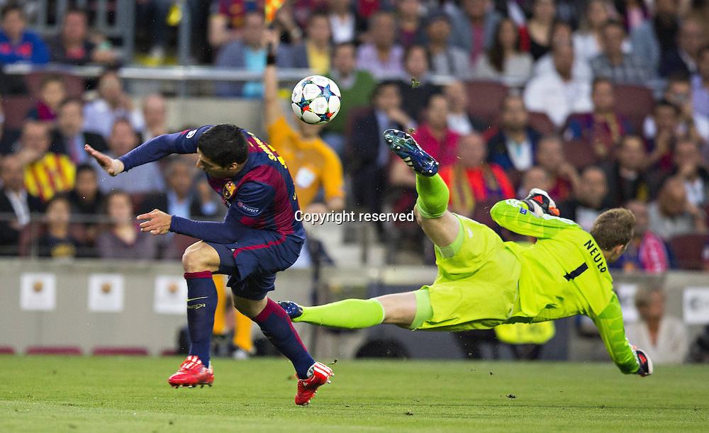 06.05.2015. Nou Camp, Barcelona, Spain, UEFA Champions League semi-final. Barcelona versus Bayern Munich. Luis Suarez (Barca) sees a flying challenge from Manuel Neuer (FCB) clear the danger