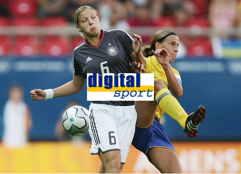Fotball, 26. august 2004, Ol Athen, v.l. Viola Odebrecht Tyskland, Malin Anderson, Sverige