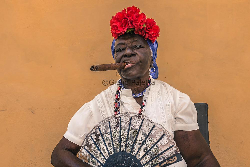 Donna cubana posa nella piazza della Catedrale dell'Havana