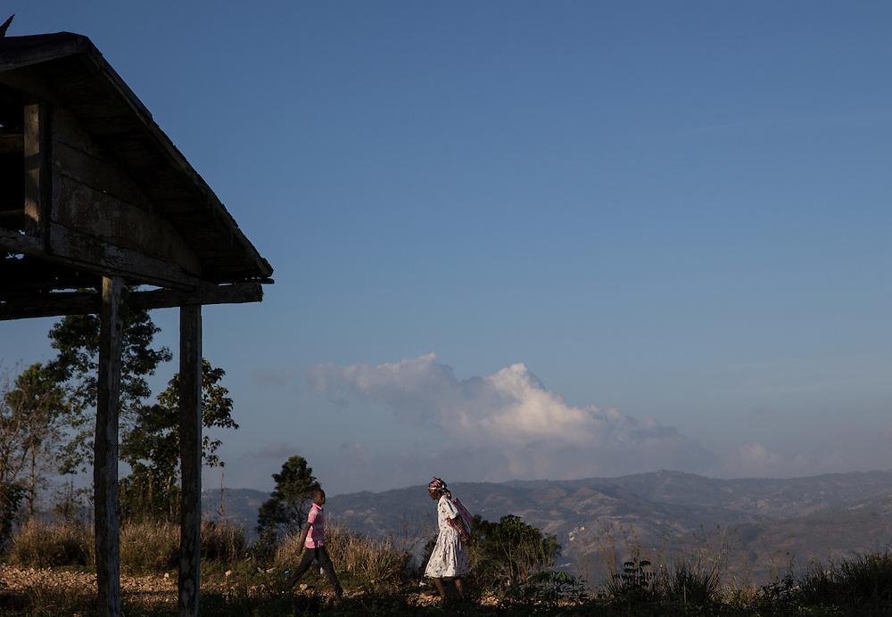Haitians walk the back country roads above Jacmel, Haite. (Willie J. Allen Jr.)