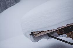 07.01.2019, Saalbach Hinterglemm, AUT, heftige Schneefaelle in weiten Teilen Oesterreichs, im Bild SChnee auf einem Hausdach // Austria is expected to receive heavy snowfalls in the next days. Weather forecasts warn that the snowstorm could cause roadblocks and increased avalanche danger in many parts of the affected region Saalbach Hinterglemm, Austria on 2019/01/07. EXPA Pictures © 2019, PhotoCredit: EXPA/ Stefanie Oberhauser