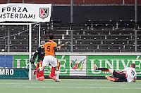 AMSTERDAM - Amsterdam - Oranje Zwart , Wagener Stadion , Hockey , Play-off hoofdklasse hockey heren , 03-05-2015 , Geweldig doelpunt van Amsterdam speler Mirco Pruijser (r) langs doelman Vincent vanasch (l)