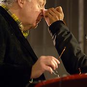 NLD/Heerenveen/20060121 - ISU WK Sprint 2006, make up van presentator Mart Smeets word bijgewerktl
