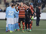 FODBOLD: Spillerne hilser på hinanden før træningskampen mellem Malmö FF og FC Helsingør den 28. januar 2017 på Malmö Idrottsplats. Foto: Claus Birch