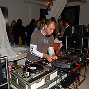 Expositie opening Naakten in de Supperclub van Ronald Schmets, Deejay, dj, draaitafel, koptelefoon