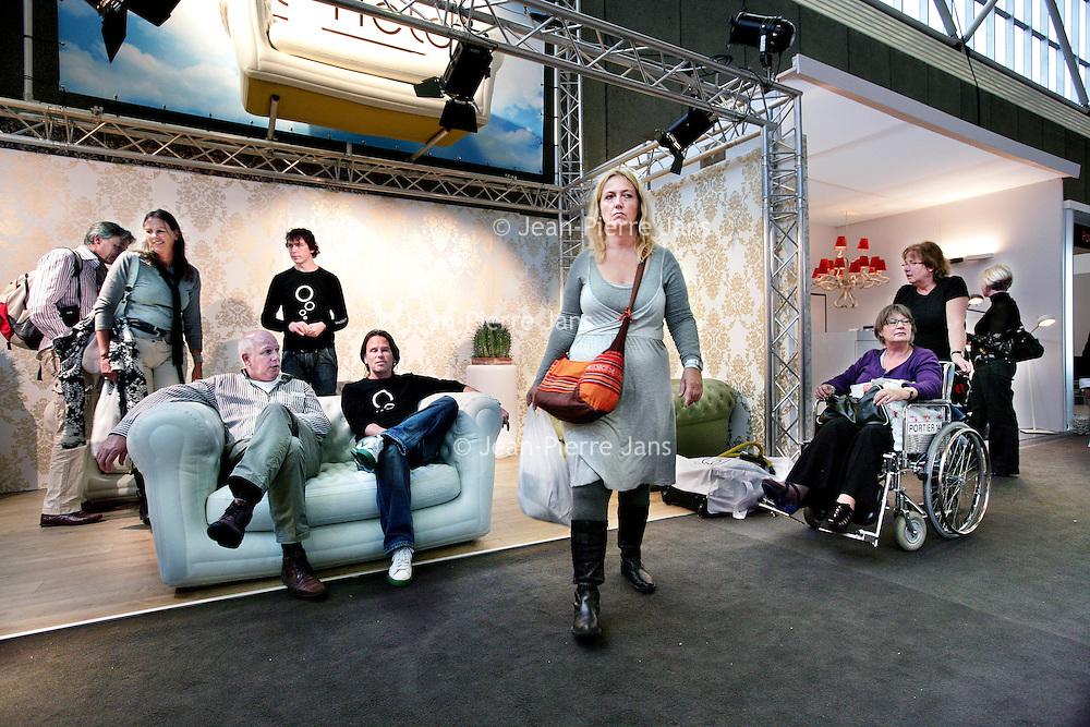 Nederland,Amsterdam ,30 september 2008..n de Amsterdam RAI begint dinsdag de Woonbeurs Amsterdam. De inmiddels zestiende editie duurt tot en met 5 oktober. De beurs toont aan de hand van verschillende sferen en stijlen wat de nieuwe trends voor de woninginrichting zijn. .Op de foto:.Bezoekers tijdens de Woonbeurs 2008 passeren en bekijken de vele meubelstands.