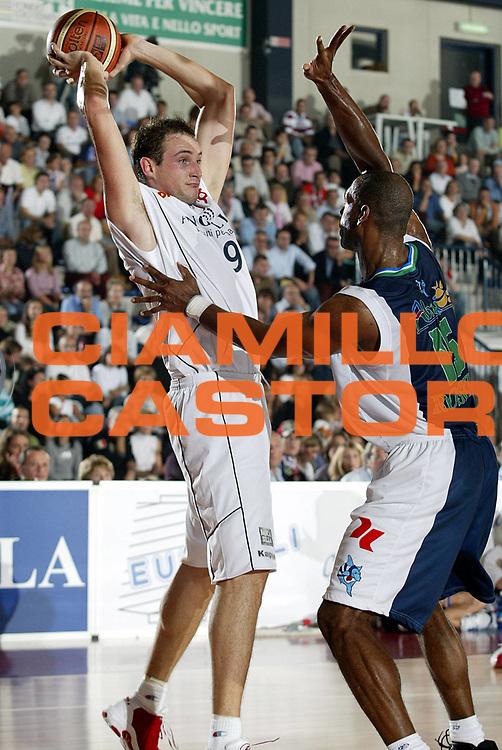 DESCRIZIONE : BIELLA CAMPIONATO LEGA A1 2005-2006<br />GIOCATORE : CUSIN<br />SQUADRA : BIELLA<br />EVENTO : CAMPIONATO LEGA A1 2005-2006<br />GARA : BIELLA-ROSETO<br />DATA : 29/10/2005<br />CATEGORIA : Tiro<br />SPORT : Pallacanestro<br />AUTORE : AGENZIA CIAMILLO &amp; CASTORIA/S.Ceretti