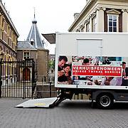 NLD/Den Haag/20100527 - Regeringsgebouw in Den Haag, verhuiswagen voor de deur van het Torentje van de premier