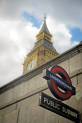 THEMENBILD - Die Tafel einer U-Bahn-Station vor dem Parlament mit Big Ben am 02. September 2015 in London // A sign of the London Underground near Westminster Palace with the tower Big Ben and Westminster Bridge on 02 September 2015. EXPA Pictures © 2016, PhotoCredit: EXPA/ Erwin Scheriau