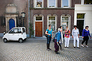 Een vriendinnengroep loopt een toeristische route in de Utrechtse binnenstad