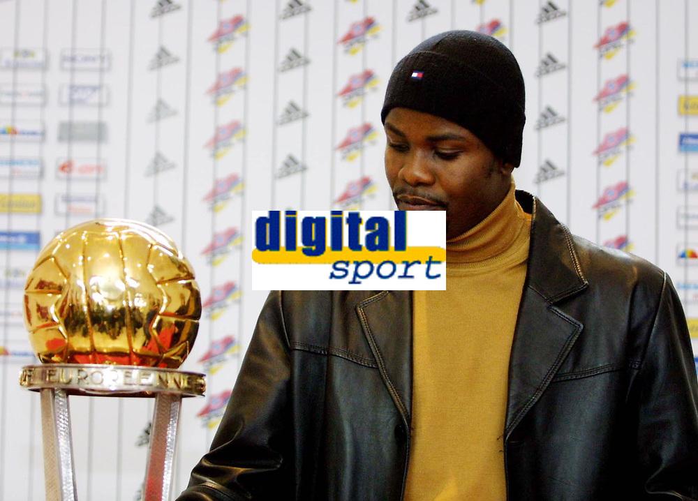Fotball: 29.11.2001 Munchen, Deutschland,<br />Sammy Kuffour mit Weltpokal am Donnerstag (29.11.2001) bei Pressekonferenz des FC Bayern Munchen.<br /><br />Foto: JAN PITMAN, Digitalsport