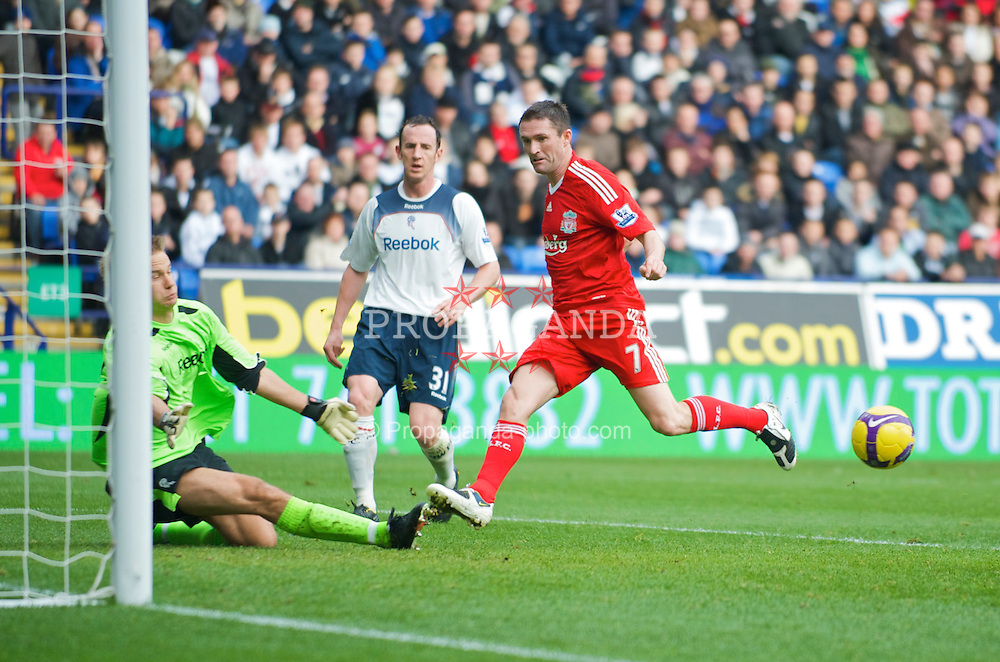BOLTON, ENGLAND - Saturday, November 15, 2008: Liverpool's Robbie Keane misses a golden chance from six yards out against Bolton Wanderers during the Premiership match at the Reebok Stadium. (Photo by David Rawcliffe/Propaganda)