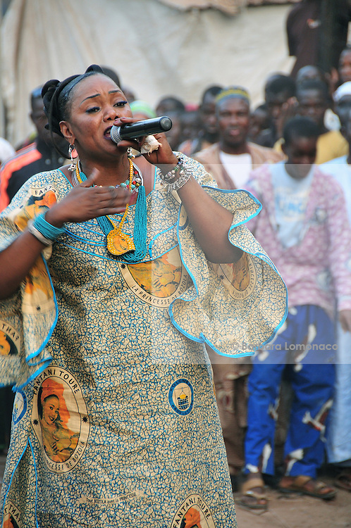 Fantani Touré sings in the district where she was born: Bozola in Bamako