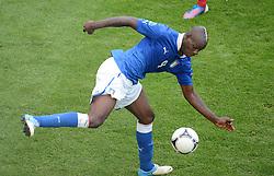 FUSSBALL  EUROPAMEISTERSCHAFT 2012   VORRUNDE Spanien - Italien            10.06.2012 Mario Balotelli (Italien) am Ball