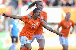 20-05-2015 NED: Nederland - Estland vrouwen, Rotterdam<br /> Oefeninterland Nederlands vrouwenelftal tegen Estland. Dit is een 'uitzwaaiwedstrijd'; het is de laatste wedstrijd die de Nederlandse vrouwen spelen in Nederland, voorafgaand aan het WK damesvoetbal 2015 / Shanice van de Sanden #19 scoort de 5-0, Jill Roord #10
