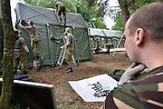 Nederland, Nijmegen, 4-7-2013Militairen, soldaten, personeel van de landmacht, bouwen het 4daagse tentenkamp Heumensoord, waar de ongeveer 5000 militairen verblijven tijdens de Nijmeegse vierdaagse. Er wordt een uiterst moderne hospitaaltent van de geneeskundige troepen gebruikt. Het zijn 70 modules van 6 x 4 meter, waar artsen van verschillende landen met verschillende disciplines zullen werken. Ook komt hier de prikpost voor blaren waar 40 man tegelijk kunnen liggen. Foto: Flip Franssen