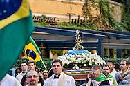 Roma 13 Ottobre 2013.<br /> Festa della Nossa Senhora da Conceição Aparecida (Nostra Signora della Concezione di Aparecida), la patrona del Brasile, che si festeggia il 12 ottobre e la comunita' brasiliana di Roma festeggia con una processione per le vie del centro storico.<br /> Rome 13 October 2013<br /> Feast of Nossa Senhora da Conceição Aparecida (Our Lady of Conception Aparecida), the patron saint of Brazil, which is celebrated on October 12 and the community Brazilian Roma celebrated with a procession through the streets of Old Town.