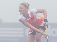 ARNHEM - Hockey. Claire van Maasakker, woensdag tijdens de oefeninterland in dichte mist tegen Zuid Afrika. FOTO KOEN SUYK