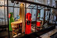 De koninklijke wieg was een geschenk van de vrouwen en meisjes van de stad Amsterdam aan koningin Wilhelmina bij de geboorte van prinses Juliana in 1909. <br /> AMSTERDAM - Huwelijk op 02-02-2002 bruidsjurk koningin maxima De perspreview voor de programmering van 50 jaar - Koninklijk Paleis Amsterdam. Ter gelegenheid van zijn 50ste verjaardag ontvangt Koning Willem-Alexander 150 gasten voor een feestelijk diner. Na het diner wordt het Paleis 50 uur opengesteld voor het publiek. De start van de openstelling wordt met een feestelijk moment op de Dam gemarkeerd. copyright ROBIN UTRECHT
