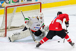 12.04.2018, Tiroler Wasserkraft Arena, Innsbruck, AUT, Eishockey Testspiel, Österreich vs Italien, während dem Eishockey Testspiel Österreich vs Italien am Donnerstag, 12. April 2018 in Innsbruck, im Bild v.l.: Martino Valle da Rin (ITA) u8nd Manuel Ganahl (AUT) // during the International Icehockey Friendly match between Austria and Italy at the Tiroler Wasserkraft Arena in Innsbruck, Austria on 2018/04/12. EXPA Pictures © 2018, PhotoCredit: EXPA/ Jakob Gruber