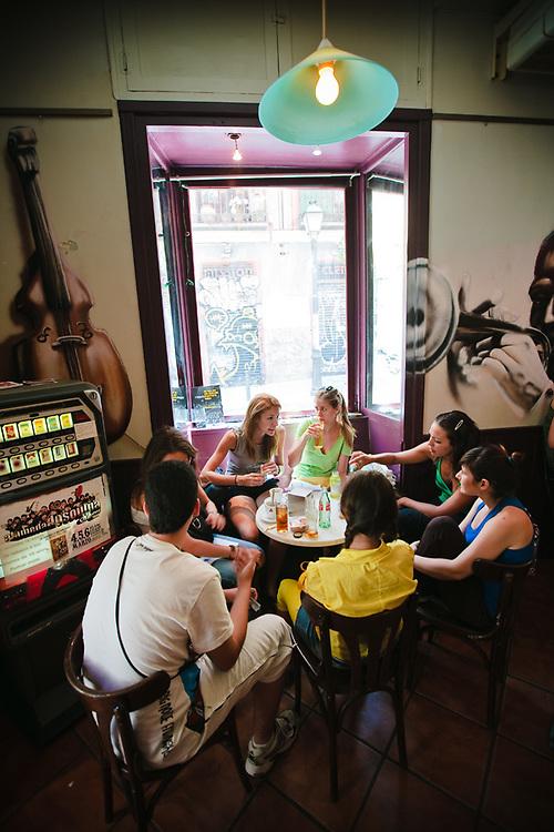 Malasaña tiene vida a cualquier hora del día. Por la tarde, hay muchos bares para disfrutar de la buena cerveza española.