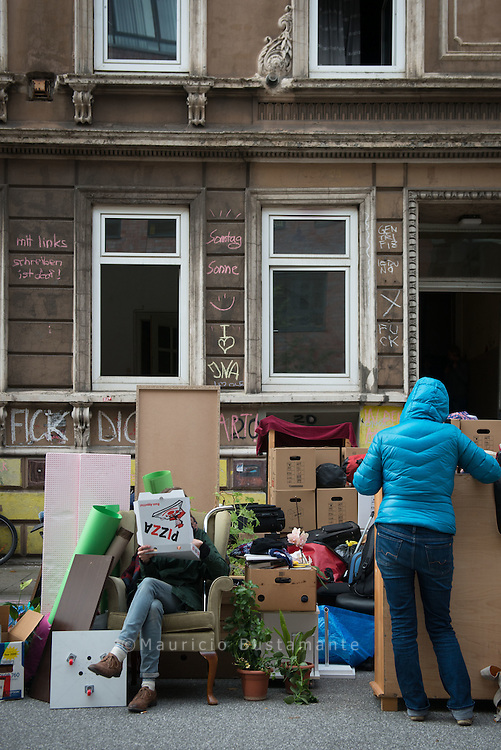 Tenants in Münzviertel must leave their homes from today to tomorrow, because their house allegedly threatened to collapse.