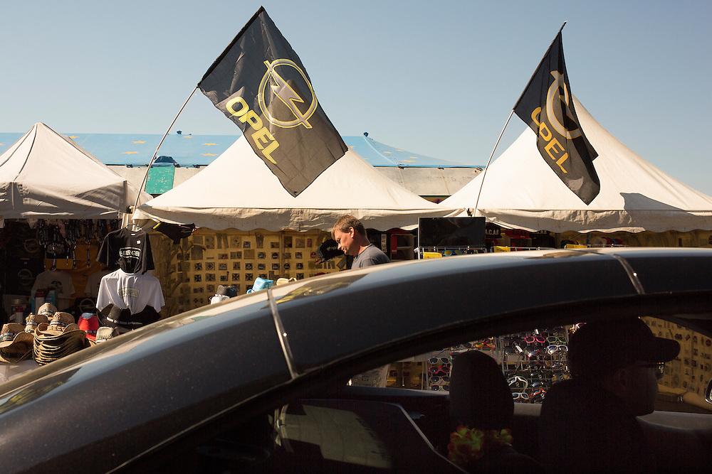 """05.06.2015, Opel-Treffen Oschersleben, Sachsen-Anhalt.<br />Auf der """"Einkaufsmeile"""" des Treffens konnten sich die Opelaner mit verschiedenen Fan-Artikeln eindecken, viele schlenderten an den Ständen vorbei - einige fuhren vorbei. <br /><br />©Harald Krieg/Agentur Focus"""